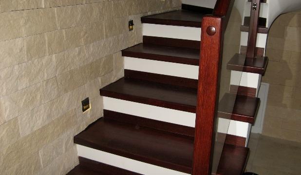 Stolarka Zbigniew Róg - Zdjęcie drewnianych schodów wewnętrznych